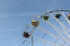 Grande roue avec les carlingues ouvertes rondes contre du ciel bleu Image libre de droits
