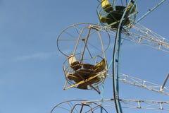 Grande roue avec les carlingues ouvertes rondes contre du ciel bleu Photos libres de droits
