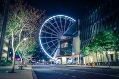 Grande roue colorée dans la nuit photographie stock