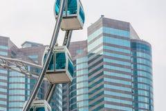 Grande roue contre le bâtiment commercial Photo libre de droits
