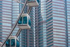 Grande roue contre le bâtiment commercial Photographie stock libre de droits