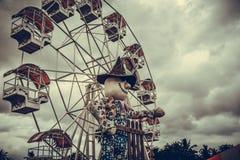 Grande roue contre le ciel bleu, effets de filtre de vintage images stock