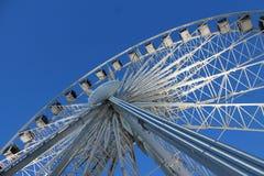 Grande roue contre le ciel nocturne avec le contre-jour photographie stock