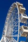 Grande roue contre le parc d'attractions de ciel bleu Images libres de droits