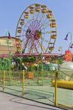 Grande roue dans le ` de Sunny Island de ` de parc d'attractions dans le village de Dzhemete, Anapa Photographie stock libre de droits