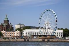 Grande roue dans le port maritime de Helsinki Photo libre de droits
