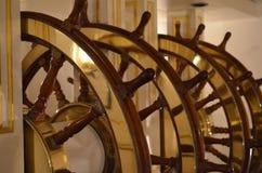 Grande roue de bateaux aux commandes d'un bateau de navigation Images libres de droits
