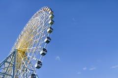 Grande roue de ferris au-dessus de ciel bleu Photo stock