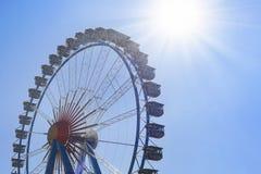 Grande roue de ferris au-dessus de ciel bleu Photos libres de droits