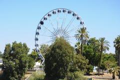 Grande roue de ferris contre le ciel bleu images stock