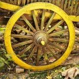 Grande roue en bois sur le chariot Images stock