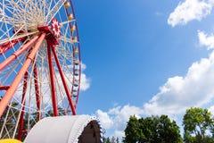 Grande roue en parc contre le ciel bleu Photographie stock libre de droits