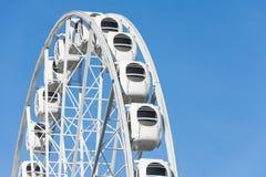 Grande roue en parc d'attractions avec un fond de ciel bleu photographie stock libre de droits