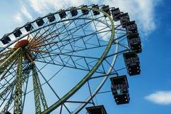 Grande roue en parc d'attractions dans la soirée Photo stock