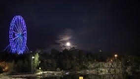 Grande roue le soir au clair de lune Grande roue dans la lampe au néon bleue sur le fond foncé, une partie de grande roue avec image stock