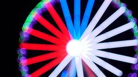Grande roue pendant la nuit comme un kaléidoscope magique Modèle kaléïdoscopique de cercle adorable de résumé clips vidéos