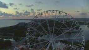 Grande roue sur la plage banque de vidéos