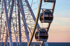 Grande roue sur le crépuscule de plage Image stock