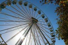 Grande roue sur le fond du ciel ensoleillé photos stock