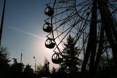 Grande roue sur un fond des arbres images stock