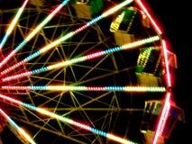 Grande roue sur une foire d'amusement dans l'effectl de specia photographie stock
