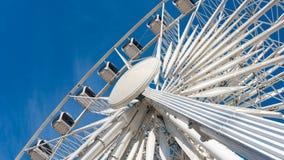 Grande roue tournant sur le fond de ciel bleu Image libre de droits