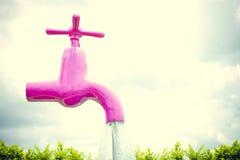 Grande rubinetto che galleggia negli ambiti di provenienza del cielo Fotografie Stock