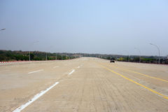 grande rue dans le naypyidaw, Maynmar images stock