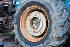 Grande ruota dei trattori agricoli e dell'industria Immagini Stock Libere da Diritti