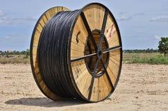 Grande ruota di cavo elettrico nero Fotografie Stock Libere da Diritti
