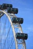 Grande ruota di ferris con le cabine su cielo blu, aletta di filatoio di Singapore Fotografia Stock Libera da Diritti