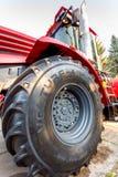 Grande ruota di nuovo exhibi moderno di Kirovets K 4 del trattore agricolo immagine stock libera da diritti