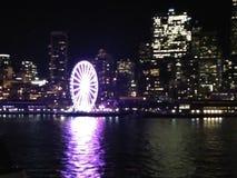 Grande ruota di Seattle e orizzonte di notte Fotografia Stock