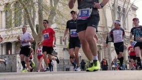 grande série de coureurs d'hommes et de femmes de groupe de course pendant le marathon de Rome banque de vidéos