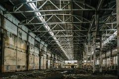 Grande salão ou armazém industrial abandonado com lixo, fábrica do manufactory imagens de stock