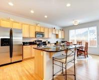 Grande sala brilhante da cozinha com o espaço para refeições Foto de Stock
