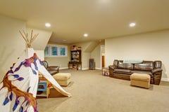 Grande sala do jogo de crianças com tapete Fotografia de Stock