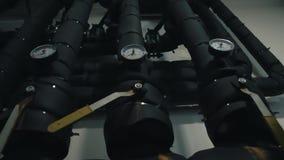 Grande sala industrial do tratamento da água e de caldeira Sala de bomba video estoque