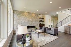 Grande sala moderna com um assoalho à chaminé de pedra do teto Fotografia de Stock Royalty Free