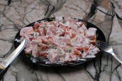 Grande salada do tomate com tomates coloridos, molho em um fundo rústico escuro, vista superior da cutelaria e da salada foto de stock royalty free