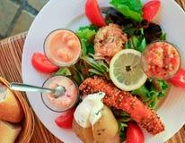 Grande salade avec des saumons Photo libre de droits