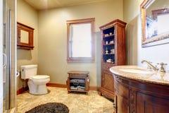 Grande salle de bains avec les meubles en bois et les couleurs naturelles. photos libres de droits
