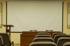 Grande salle de conférences avec des chaises et des moniteurs photo stock