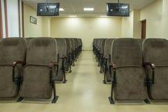 Grande salle de conférences avec des chaises et des moniteurs photos stock