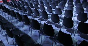 Grande salle de conférences vide avec des rangées des sièges pour les spectateurs et l'assistance clips vidéos