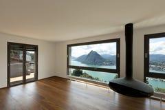Grande salle de séjour avec la vue panoramique Photographie stock libre de droits