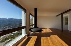 Grande salle de séjour avec la vue panoramique images stock