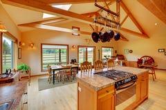 Grande salle de séjour sur le ranch avec la cuisine. photographie stock