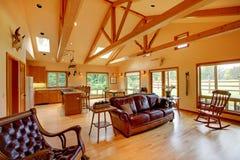 Grande salle de séjour sur le ranch de cheval photo libre de droits