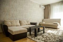 Grande salone spazioso fatto in uno stile minimalista Immagini Stock Libere da Diritti